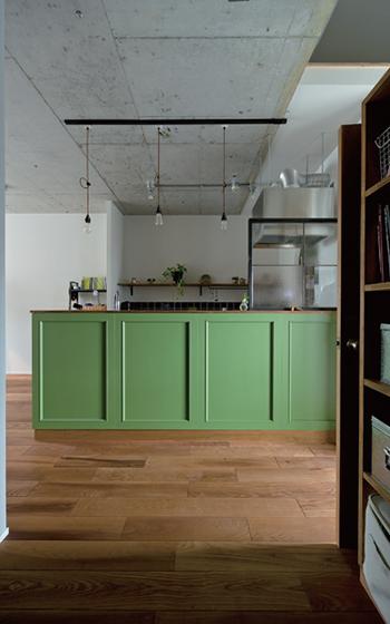 オリーブカラーのキッチンの腰壁に施されたモールディング。「凹凸をつけ過ぎてヨーロピアン調にならないよう、mm単位までこだわってシンプルな溝を施し、本場のアメリカンスタイルを再現」(画像提供/SCHOOL BUS)