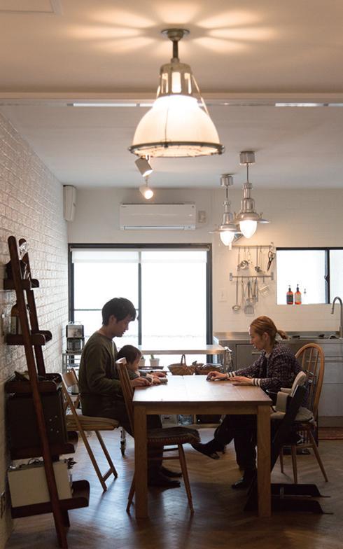「古いビルを改装した空間には、カチッと計算されたデザイナーズ照明よりも、厚みのあるガラスやスチールなどラフな雰囲気のものを複数混ぜて組み合わせる方がうまくまとまります」(画像提供/アンメゾンワールド)