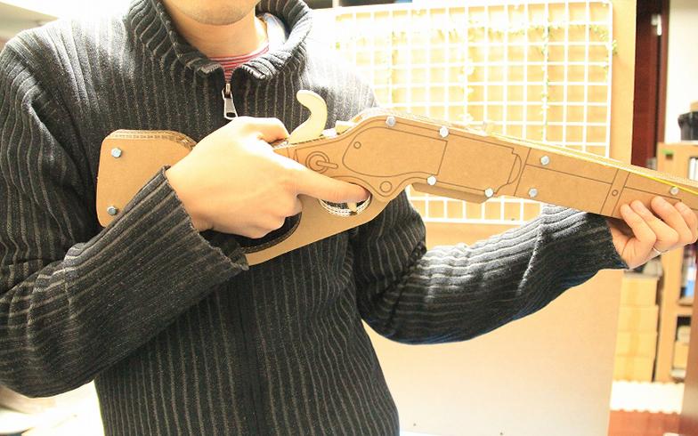 小寺さんがつくった段ボール銃(ちゃんとゴムが飛ぶ仕組み!)(画像提供/段ペディア)