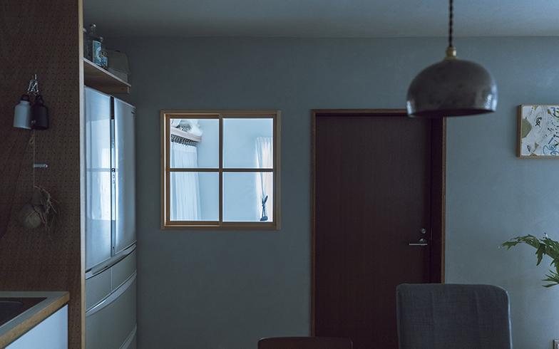 屋外に面した窓のないダイニングキッチンだが、室内窓を設けたおかげで、隣の寝室からの光が程よく差し込む(写真撮影/masa(PHOEBE))