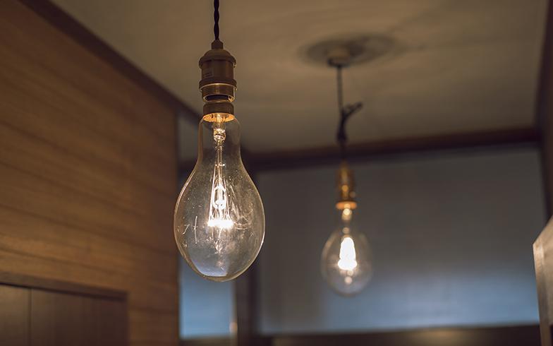 玄関はあまり手を加えずに、照明を好みのものに。「toolbox」で扱っている「白熱サンマ球」タイプ。漁船で使用されている電球を一般家庭用にアレンジしたもの(写真撮影/masa(PHOEBE))
