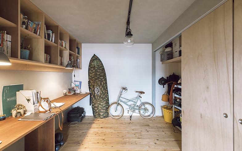 趣味部屋の床もリビングとひとつながりに。元々左手にあった収納を右手に配置換え。本を読んだり、仕事をしたりと自由に使っている空間(写真撮影/masa(PHOEBE))