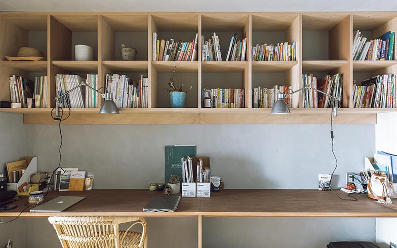 なんとなく左右で夫婦のスペースを分けているそう。本棚にはすべて詰め込まず、飾るスペースを設けているので、圧迫感がない(写真撮影/masa(PHOEBE))