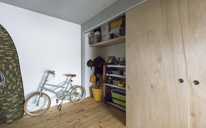 奥行きのある広い収納スペース。壁には有孔ボードを貼り、引っ掛け収納に。引き戸はつりタイプで床に区切りがなく、広がりを感じる(写真撮影/masa(PHOEBE))
