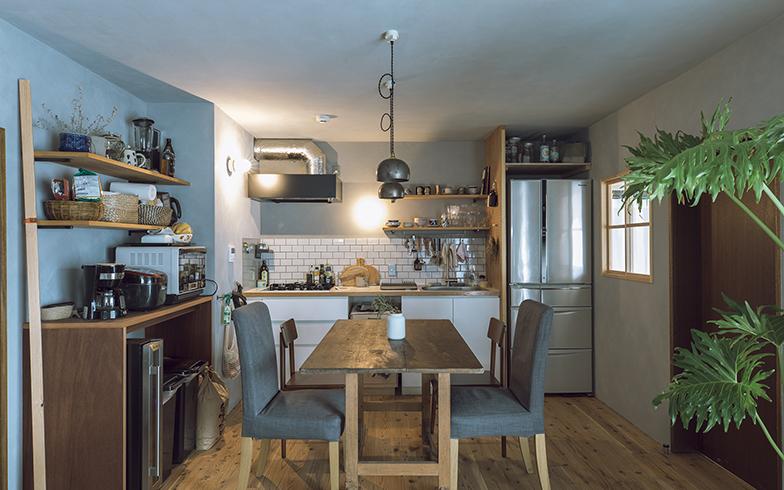 リビングとつながるダイニングキッチン。もともと隣室の収納部分だったスペースの壁を取り払い、冷蔵庫置き場に。システムキッチンは既存のものをそのまま使っている(写真撮影/masa(PHOEBE))