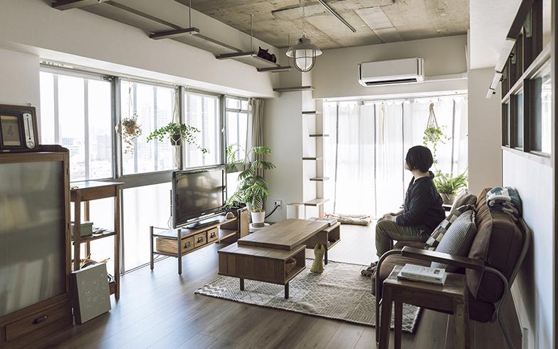 天井や配管がむき出しになった躯体現しの内装。それでも優しい質感の白い壁や木のフローリングに温もりを感じられ、Kさんが買い集めた古家具やアンティークの照明が良く合う(写真撮影/masa(PHOEBE))