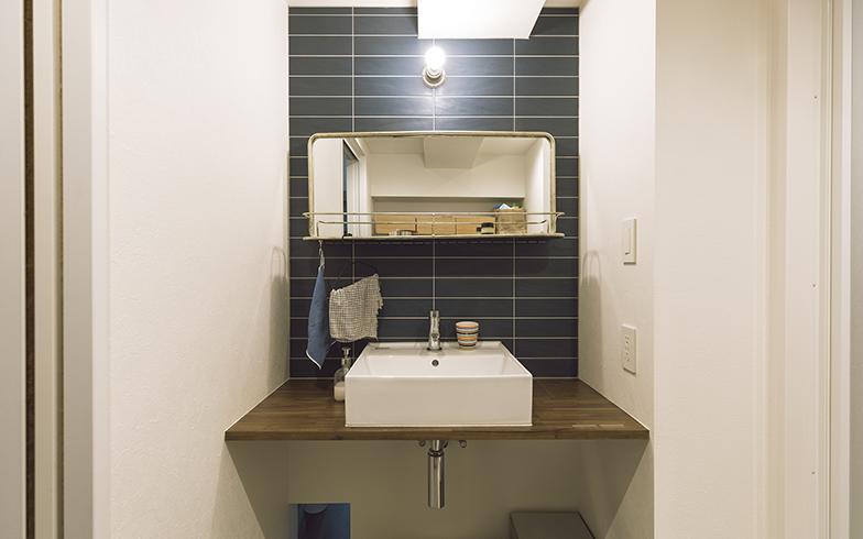 洗面台のレトロな鏡は、引越し祝いに友人からプレゼントしてもらったもの。こだわりがなかったという水まわりの機能はシンプルに。その分居室に予算を回し、費用面でメリハリをつけた(写真撮影/masa(PHOEBE))