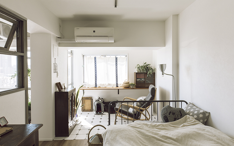 寝室に設けたインナーテラスは、主に南向きで2面採光のため、日当たり・風通しともに良好。梁の出っ張りと床タイルでの切り替えが、寝室とインナーテラスとを視覚的に区切る(写真撮影/masa(PHOEBE))