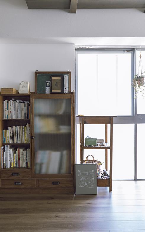 模様の入ったすりガラスが味わい深い棚も、Kさんが以前の住まいから使っていた古家具のひとつ。以前は食器棚としての役割を果たしていたが、現在の住まいでは本棚に(写真撮影/masa(PHOEBE))