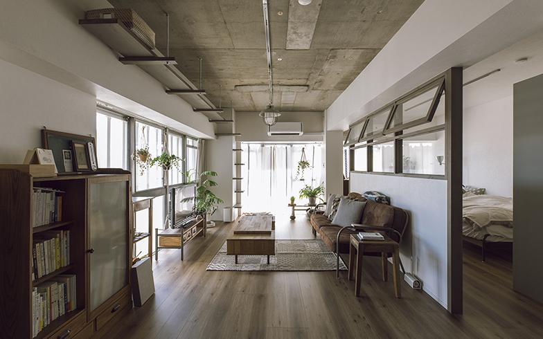 窓が多くドアが少ない開放的なKさんの住まい。好みの内装写真を通して建築士とイメージを共有。特に取り入れたかった室内窓にはこだわり、色とサイズを入念に確認して造作した(写真撮影/masa(PHOEBE))
