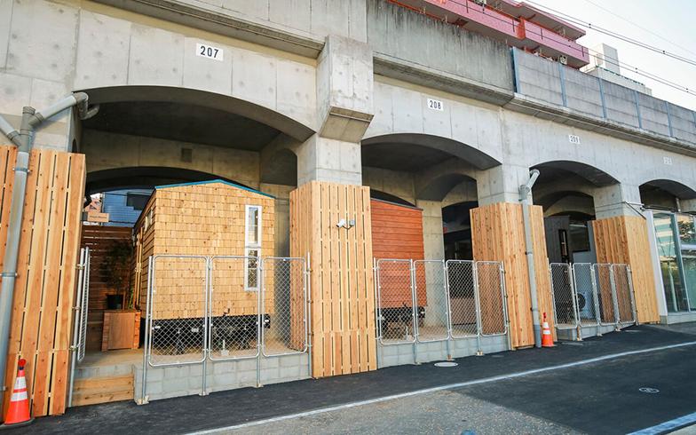 YADOKARI株式会社が運営する「タイニーズ 横浜日ノ出町」では、3種類のタイニーハウスに宿泊できるので、暮らしを体験するにはもってこいだ (画像提供 YADOKARI株式会社)