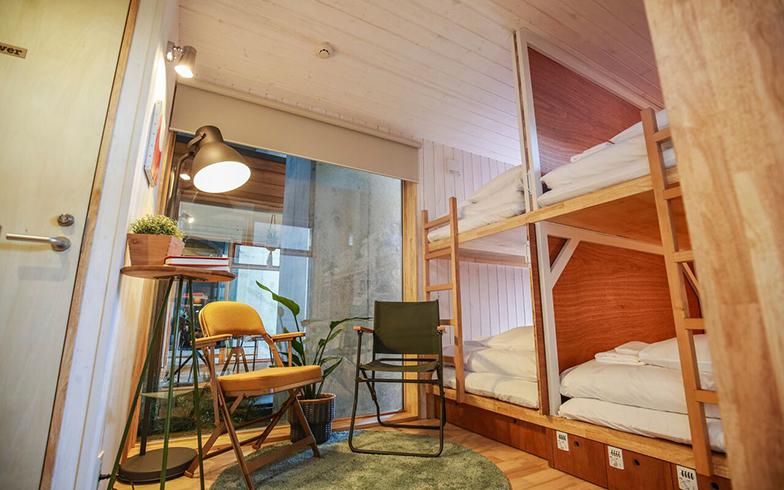「タイニーズ 横浜日ノ出町」のハウス内。小さな家に、ベッド、トイレ、風呂などが完備されている(画像提供 YADOKARI株式会社)