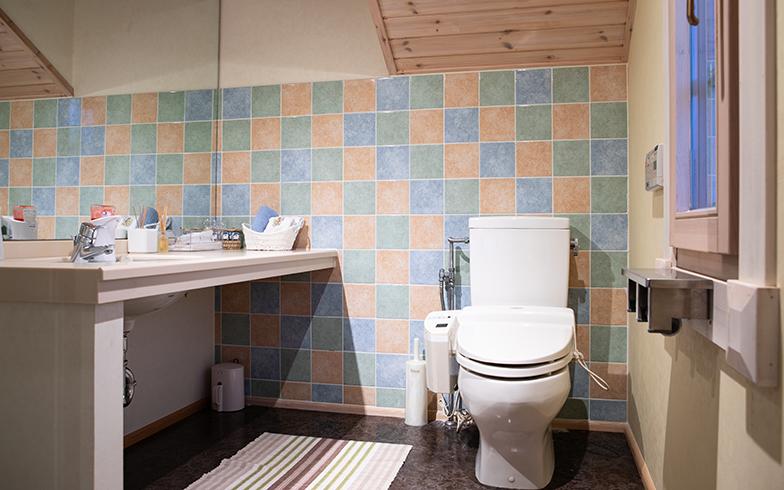 2階のトイレには、和さんが探して来たパステル色のタイルが貼られていた(写真撮影/片山貴博)