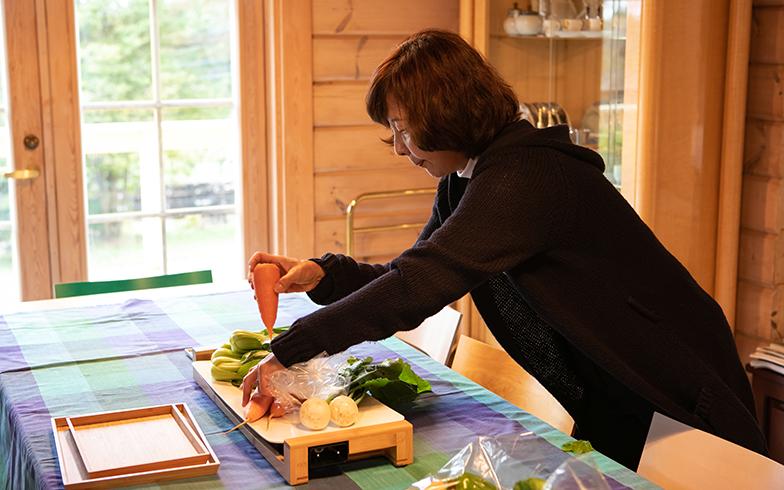 早速、頂いた野菜をダイニングテーブルで並べ始め……(写真撮影/片山貴博)
