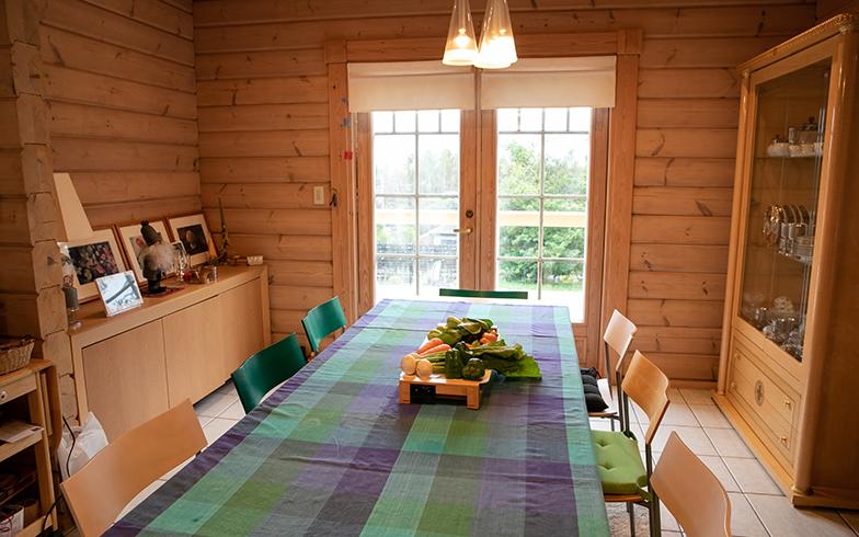 10人くらいはゆったり座れるテーブル。ここからも、外の緑が目に入る開放的なダイニング(写真撮影/片山貴博)