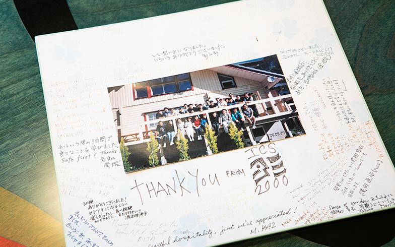 このお宅のデッキにあふれる子どもたち。つづられた感謝の言葉が並ぶ(写真撮影/片山貴博)