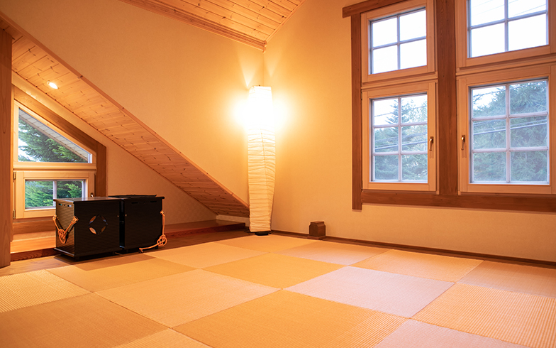 琉球畳に和紙のランプでモダンな和室。洋風窓も意外と調和(写真撮影/片山貴博)