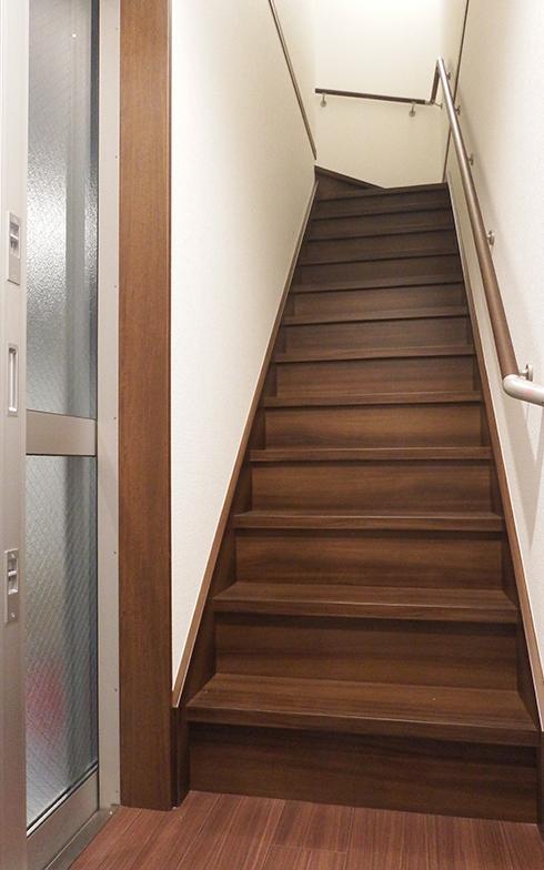 ガレージと2階の住居部分は内部の階段でつながっているので、移動のときに外に出る手間は不要だ(写真撮影/織田孝一)
