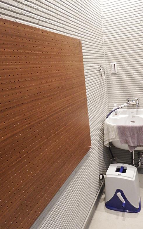 壁に取り付けられた有孔のペグポードは「これから利用するのが楽しみ。使い方を思案中」(Nさん)とのこと(写真撮影/織田孝一)