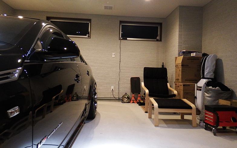 ガレージに置かれたチェアもお気に入り。週末ここに座り、音楽を聴いたり、クルマの手入れをするのが至福のとき(写真撮影/織田孝一)