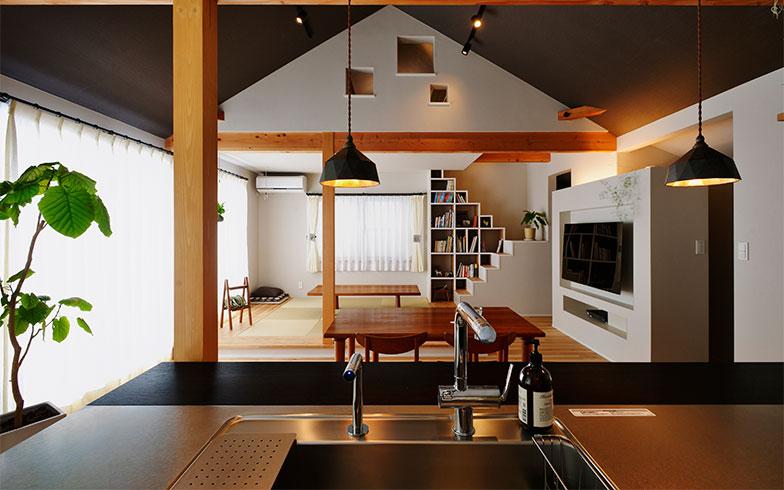 鈴木さんが手掛けた事例。光を入れるためにLDKを2階に移動。間仕切り壁を全て外し、ダイニングは勾配天井にして縦横に広がる空間にした。断熱施工をして家全体の居心地の良さもアップ(画像提供/スタイル工房)