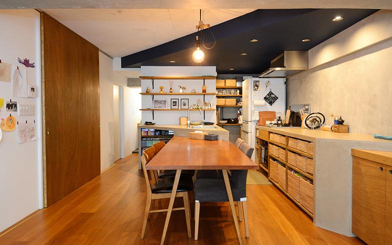 ナチュラルな素材が生み出すぬくもりのなかに、斜めに走ったキッチンの天井の紺色がアクセントになり、まるでカフェのようにおしゃれで落ち着いた空間に(写真撮影/内海明啓)