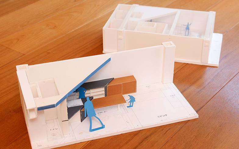 キッチンカウンターと天井を同じ角度で斜めに取ったことで、キッチンからダイニング、リビングへと自然に視線が流れるように。各スペースがつながり、より広々とした空間に(写真撮影/内海明啓)