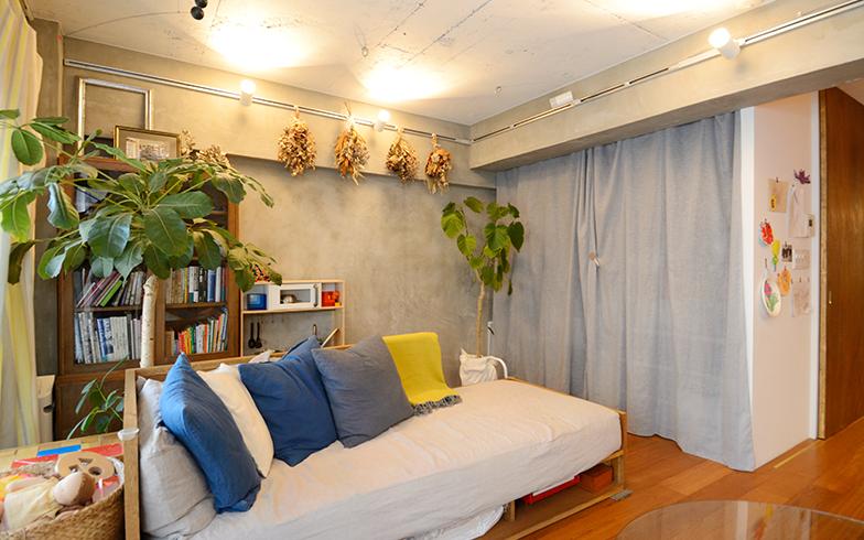 大人が寝られるくらいの大きなソファもオーダーメイド。クローゼットは扉をはずして、お気に入りの壁色になじみやすいカラーのカーテンを用いました(写真撮影/内海明啓)