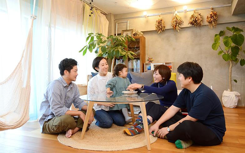 2歳のお嬢さんが懐いているほど、家族ぐるみのお付き合いをしているTさん一家と松尾さん夫妻。リノベーションを通じて、さらに信頼関係が深まりました(写真撮影/内海明啓)