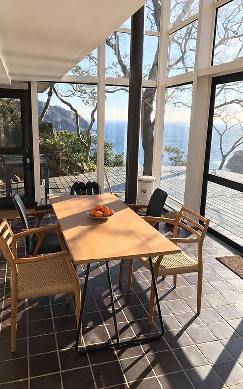 蘇った崖に建つガラス張りの家と新設した海に突き出すウッドデッキ(写真提供/坂田華)