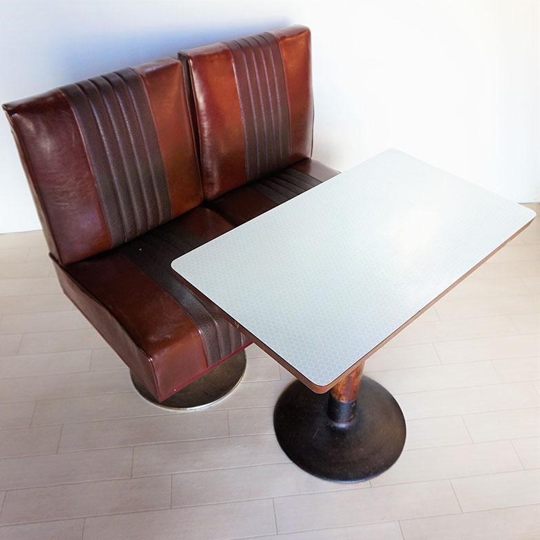 自身が好きだった喫茶店のテーブルと椅子を自宅で使用している。譲ってもらってから10年以上たった今も現役。「この家具があることで、今でもお店のことを思い出したりして、愛着も増しています」(写真提供/村田龍一さん)
