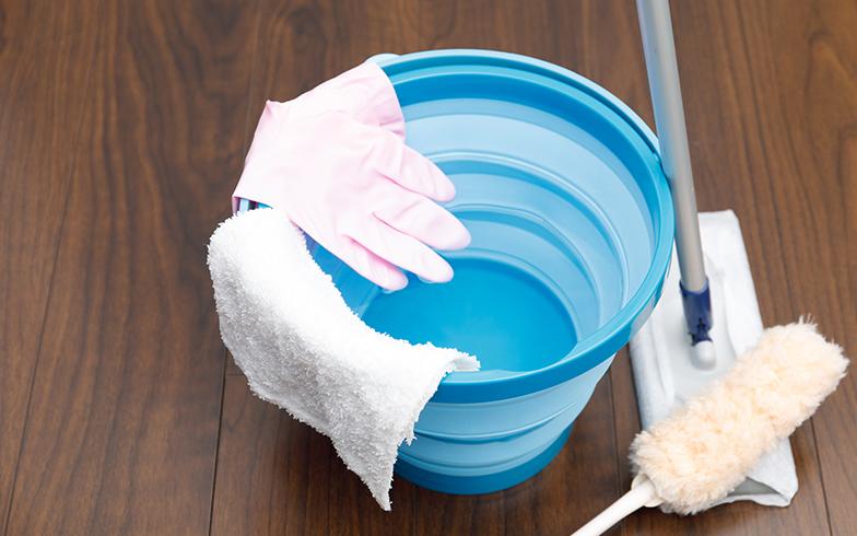 まず紙のモップと化学繊維のモップで埃をしっかりと落として取り去れば、その後の拭き掃除も楽になる(画像提供/PIXTA)