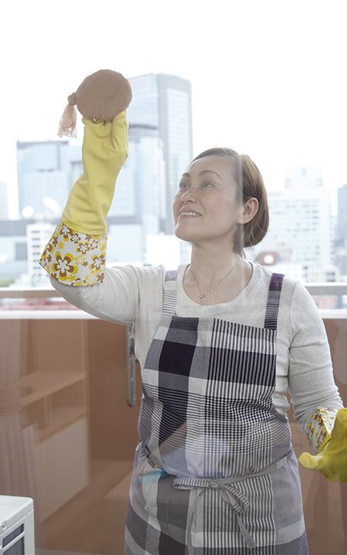 ストッキングたわしで窓を傷つけずに汚れを落とす(画像提供/近藤典子Home&Life研究所)