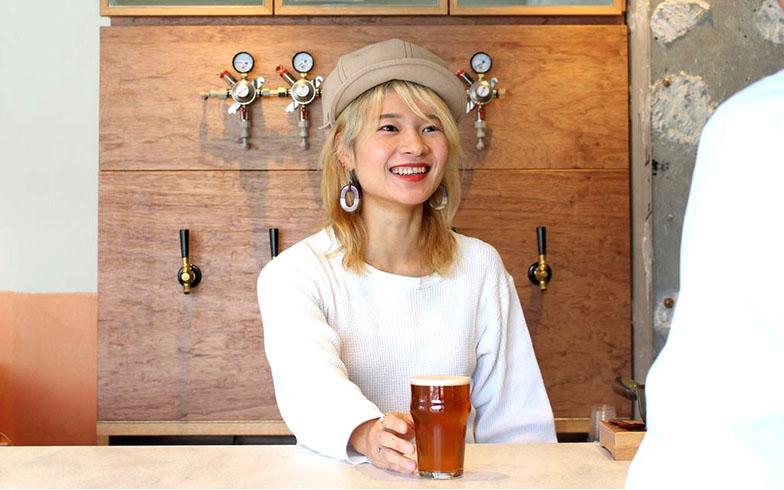タップ(ビールサーバーの注ぎ口)を背に語り始める榊原さん(写真撮影/SUUMOジャーナル編集部)