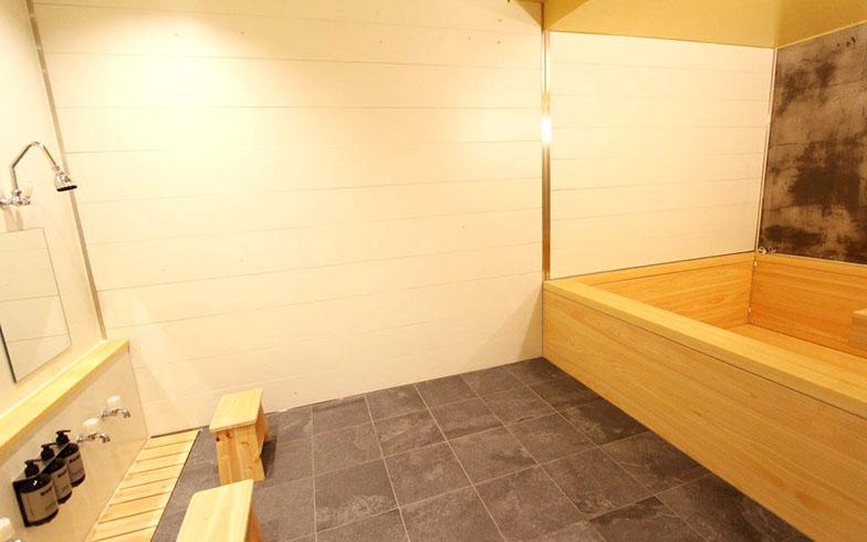 男湯と女湯は1週間ごとに入れ替わる。もうひとつはタイル張りのお風呂(写真撮影/SUUMOジャーナル編集部)