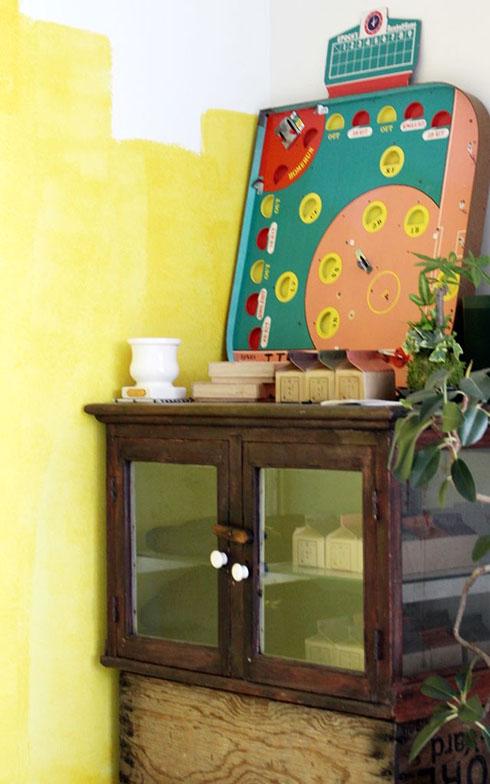 戸棚は近所のビンテージ家具を売っている店で、レトロな野球盤はのみの市で購入した(写真撮影/SUUMOジャーナル編集部)