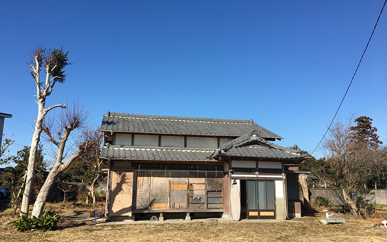 築45年あまりの古屋。木製の雨戸はあるもののボロボロに壊れていた(写真撮影/福島新次さん)
