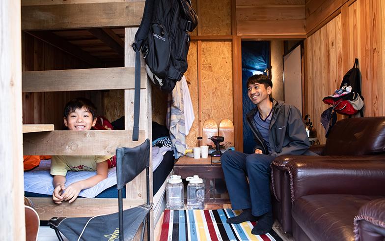 カビだらけだった和室のDIYをほぼ終え、今は眠るところもある小さな居間が出来上がりぐっと居心地がよくなった(写真撮影/片山貴博)