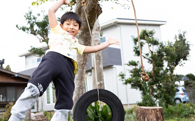 わんぱく盛りの次男の塔七くんと、長男凛音くんのお気に入りは庭の大きな木にぶら下げた廃材のタイヤを使ったブランコ。騒いでも誰にも迷惑はかからない(写真撮影/片山貴博)
