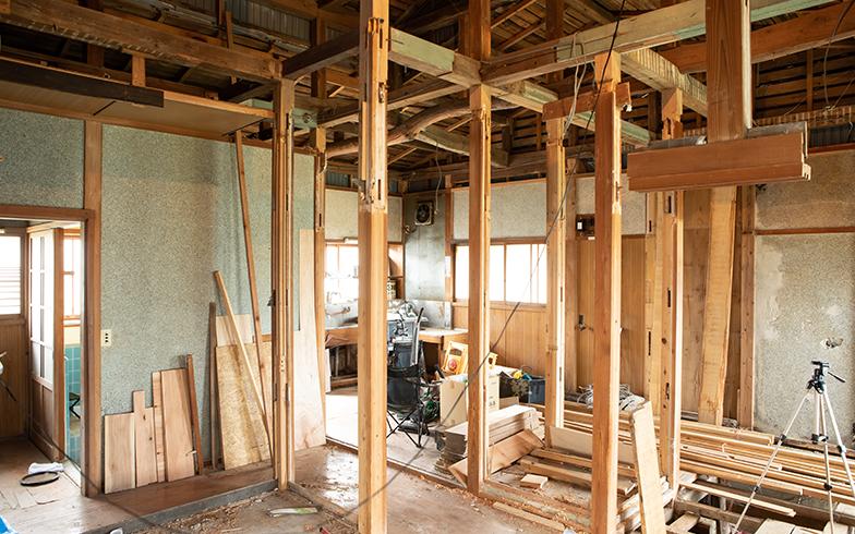 居間以外の部屋も、壁をはがして、これから板を張っていく予定(写真撮影/片山貴博)