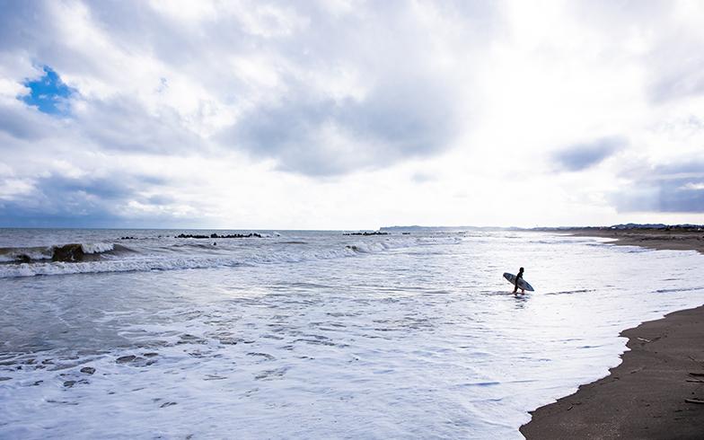 福島さんの大好きな海もすぐ近く。サーフィンをしたり、流木を拾ったり、いつも身近な存在だ(写真撮影/片山貴博)