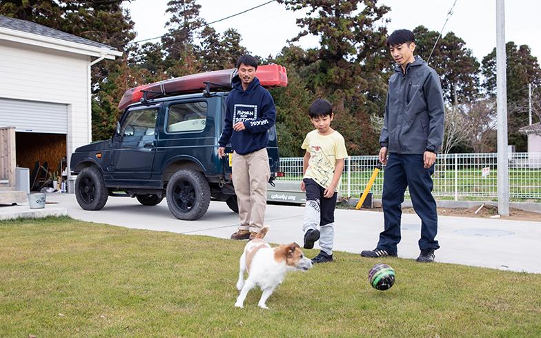 ご近所の伊東研二さん(34)と犬の空(くう)ちゃん。伊東さんは福島さんより半年ほど早く昨年の7月に引越してきた。スケボーやサーフィンなど共通の趣味があり自然と交流がスタート。今では、伊東さんも同じアパレル業なので東京で展示会があるときに遊びに行くなど、いすみ市だけでないお付き合いとなっている(写真撮影/片山貴博)