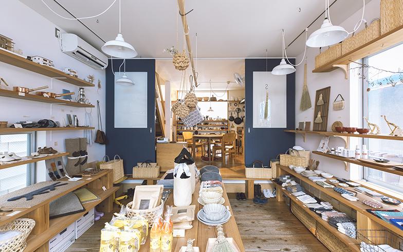 器やクロス、掃除道具やかごなど、さまざまな日用雑貨が並ぶ店内。どれも坂本さん自ら選び、使って、確かめたものばかり。箒づくりや刺繍などのワークショップを行うこともある(写真撮影/嶋崎征弘)