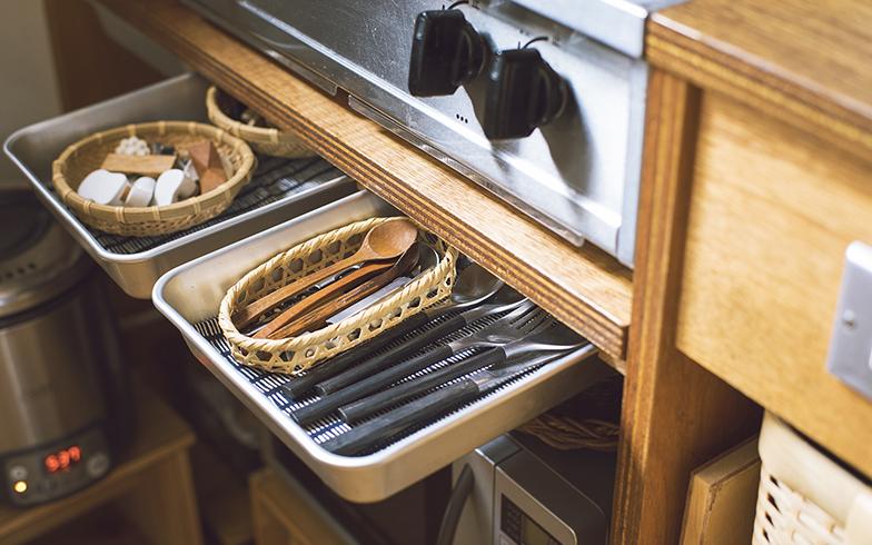 料理に使うバットを引き出し代わりに。カトラリーや箸置きなどの細かいものを収納している。子どもでも手の届く高さなので、吟ちゃんがお手伝いで並べることも(写真撮影/嶋崎征弘)