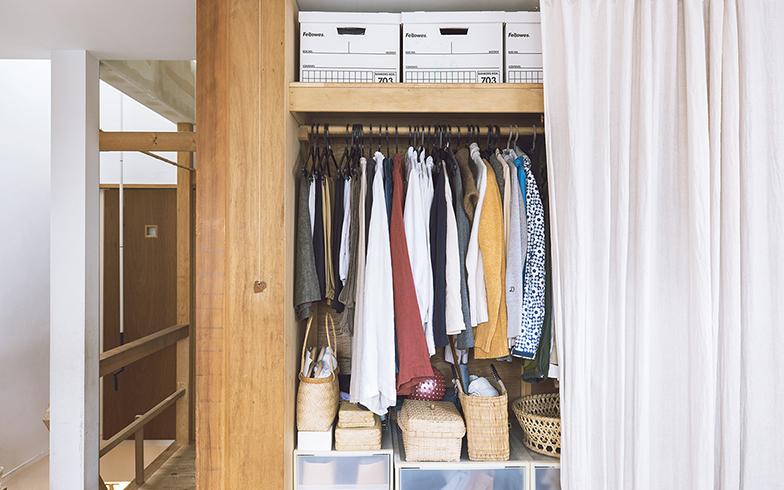 夫婦のクローゼットは、この奥にある吟ちゃんの部屋との間仕切りの役目も担う。洋服と下のケースのサイズに合わせて奥行きを設定したそう。扉はつけず、カーテンで目隠し(写真撮影/嶋崎征弘)