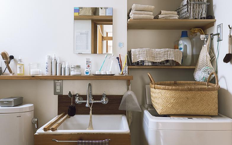 トイレ兼洗面所。奥行きの浅い棚が一枚あるだけで、歯ブラシやハンドクリームなどの洗面道具の定位置ができる。右にお風呂があるので、タオルは洗濯機の上に収納。手を伸ばせばすぐ使える状態(写真撮影/嶋崎征弘)