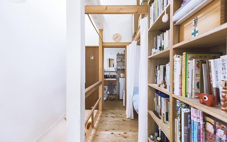 2階の廊下。右の本棚が廊下と吟ちゃんの部屋の間仕切りとして機能している。そのほかはカーテンで仕切っているので、ほどよく気配が伝わる空間(写真撮影/嶋崎征弘)