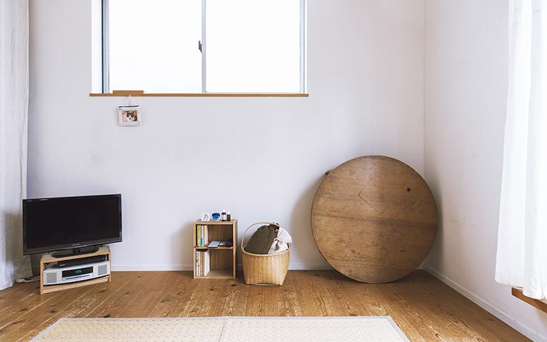 リビングは夫婦の寝室も兼ねている。大きな家具は置かず、臨機応変に使えるスペースになっている(写真撮影/嶋崎征弘)