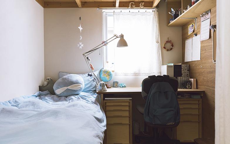 寺林さんの事務所スペースだった場所を吟ちゃんの部屋に。机とベッドを設置して、プライベートな空間をつくった。吟ちゃんは、好きな生地でカーテンをつくったり、壁に絵を貼ったりと、自分だけのスペースを楽しんでいる様子(写真撮影/嶋崎征弘)
