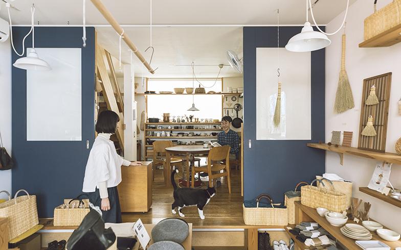 テーブルの下やクローゼットの中にトト専用のかごがあり、さりげなくしっかりと居場所をキープしている(写真撮影/嶋崎征弘)